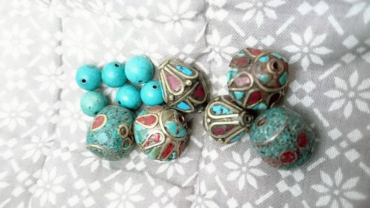 12 perles tibétaines turquoise, corail rouge et howlite serties au laiton : Perles pierres Fines, Minérales par angus