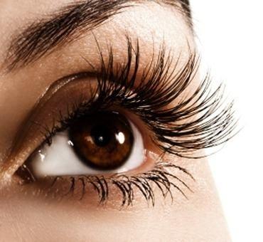 Las pestañas ayudan a enmarcar los ojos para resaltarlos y destacarlos. Por eso debemos cuidarlas con pestañinas con ingredientes que las acondicionen y las vuelva más resistentes.
