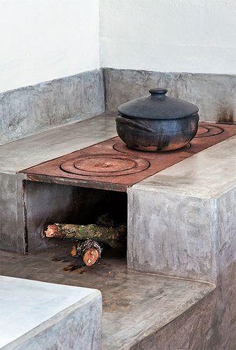 Fogão a lenha. Que pode ser construído na parte externa da casa. Esse modelo serve de inspiração, desde que o material apropriado seja usado.
