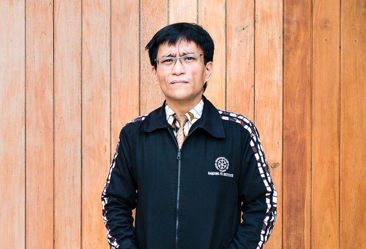 Pagi itu kami menuju Bandung untuk menemui seorang peneliti bernama Hokky Situngkir. Ia disebut sebagai Bapak Kompleksitas oleh...
