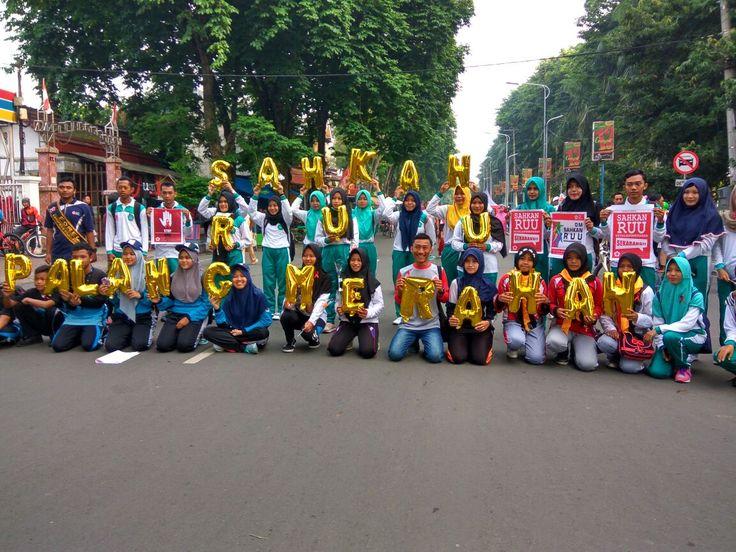 "Begini Keseruan Peringatan Hari Aids di Bojonegoro http://malangtoday.net/wp-content/uploads/2017/01/8aec6fcb-c2f5-4f37-a928-c352147190b3.jpg MALANGTODAY.NET – Pemerintah Kabupaten Bojonegoro hari ini memperingati Hari Aids di alun-alun . Beragam kegiatan pun digelar secara meriah, mulai dari jalan sehat, donor darah, pembagian bunga mawar, hingga sosialisasi terkait RUU Kepalangmerahaan. ""Acara ini digelar untuk... http://malangtoday.net/flash/nasional/begini-kes"