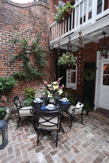 this makes me want to do some exposed brick in the courtyard...reminder of thin brick from DIY network