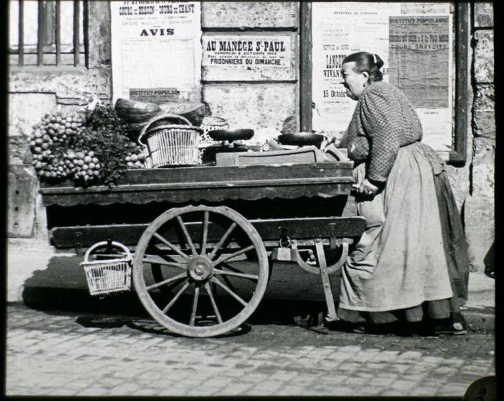 """Au début du XXesiècle, le photographe Louis Vert a capturé des images touchantes du """"petit peuple"""" parisien. Des clichés en noir et blanc à redécouvrir aujourd'hui, grâce à la Société française de photographie. Marchande de légumes"""