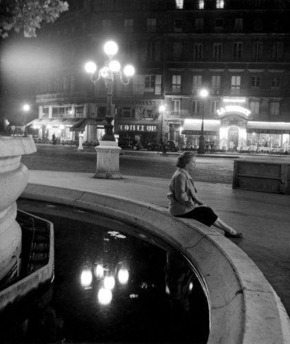Parijs, Place du Theatre Francais bij nacht, 1948-1952.