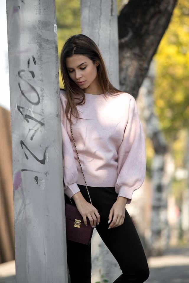 Knitted blouse with oversized sleeves. Elastic neck and hem. 51% Viscose. 39% Polyamid. 10% Elastane.