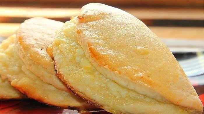 Сочни (сочники) - любимое лакомство всех любителей творога. В начинку или тесто можно добавлять по вкусу орехи, изюм, цукаты, измельченные сухофрукты...