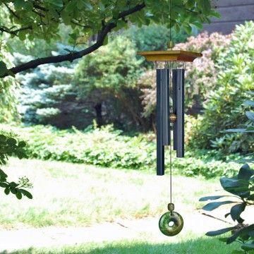 Jade vindklokke.Vindklokke i japansk pagodestil.Selve klokkerørene er firkantede og klokken afsluttes af en meget smuk jadesten. Højde: 55 cm