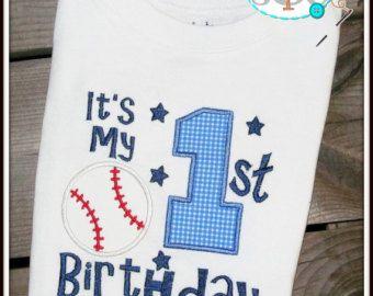 Artículos similares a Primer cumpleaños de pequeño bateador - personalizado primero cumpleaños béisbol camiseta en Etsy