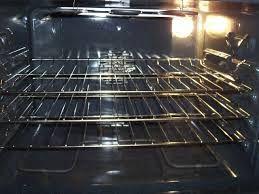Horno: Evitarás que se ensucie, poniendo en la bandeja papel de hornear. Aplica bicarbonato sobre las paredes todavía calientes y déjalo actuar toda la noche. Para eliminar el olor a comida quemada, mezcla vinagre y sal fina, y frota con un paño.