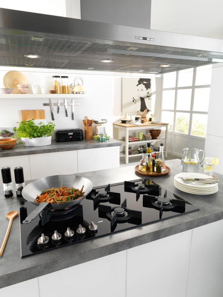 Als je van makkelijk en lekker koken houdt dan mag deze Gaskookplaat met Fusion Volcano wokbrander van 90 cm (HG9571MBA) niet ontbreken in je keuken. Door het gas op glas systeem is de kookplaat makkelijk schoon te maken.