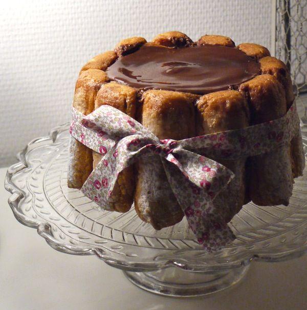 Une des recettes de Tante Brigitte: la Charlotte au chocolat rapide et facile pour un résultat à tomber! Un franc succès pour un gâteau d'anniversaire au top, une jolie présentation avec un ruban et un délicieux goût de mousse au chocolat