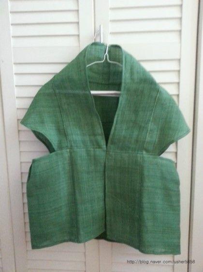 초록이 이쁜 자연염색 모시를재단하고 손바느질로 이어 붙여 고운 모시 조끼를 만들었어요 한올한올 올올이...