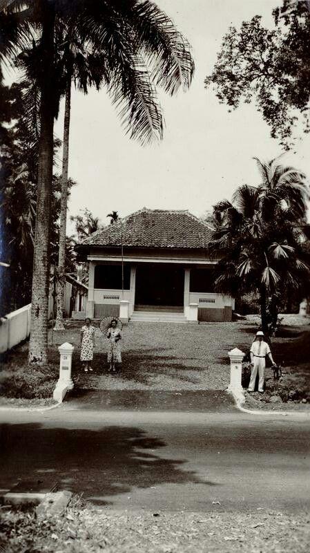 Familie G.M.G. Douwes Dekker voor een huis aan de Bataviasche weg te Buitenzorg. 1937-1942