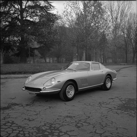 Torna a Maranello  la mitica Ferrari 275 GTB4 appartenuta a Steve McQueen: l'attore americano l'aveva ricevuta sul set del film «Bullit», a San Francisco nel 1968. Una storia rocambolesca fatta di passaggi di mano e disavventure, quella della rossa: uno dei proprietari, infatti, decise di trasformarla in spider negli anni 80. Un «sacrilegio»secondo il nuovo collezionista che la possiede: per riportarla allo stato originale, infatti, si è rivolto al reparto «Ferrari Classiche». E i tecnici di…
