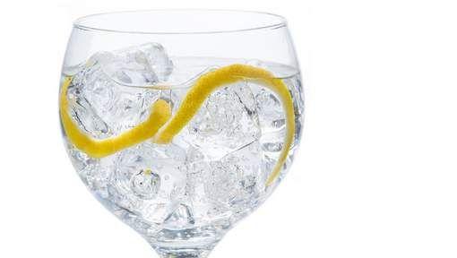 """Toxicoloog: """"Met citroen wordt het een gif-tonic""""          Pesticiden die in het lichaam worden opgenomen, kunnen het immuunsysteem en de vruchtbaarheid aantasten. Sommige zijn vermoedelijk zelfs kankerverwekkend."""