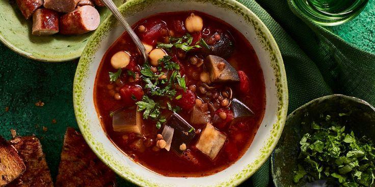 Verhit de olie in een soeppan en fruit hierin de ui en knoflook circa 3 minuten. Voeg de baharat toe en bak deze kort mee. Giet de bouillon in de pan,…