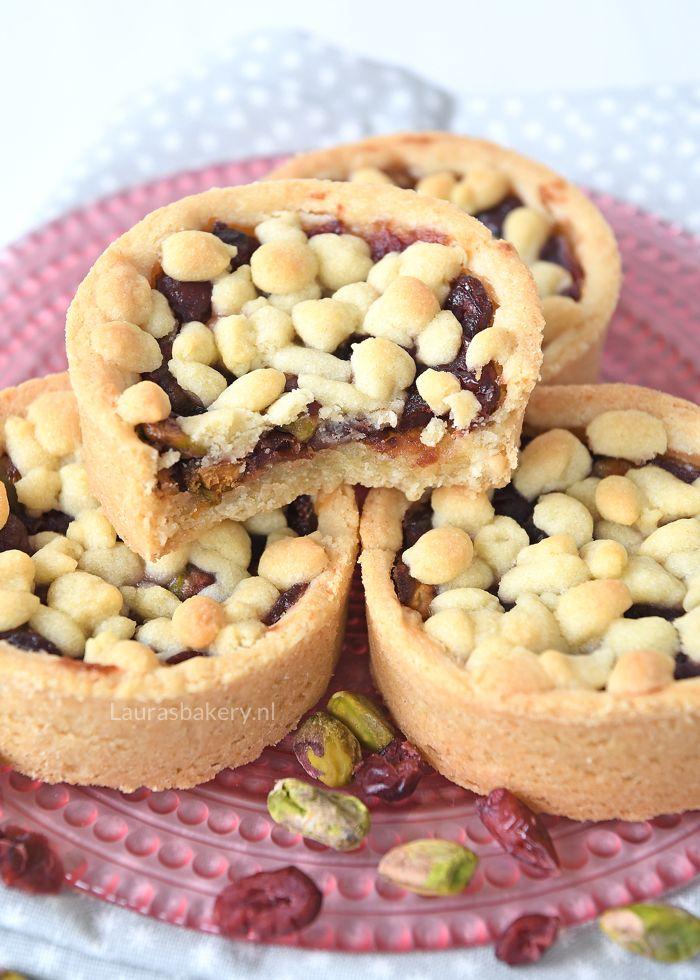 Heerlijke kerstkoeken voor bij de koffie. Met deze cranberry-pistache rondo's maak je iedereen blij! Ik deel het recept met jullie.