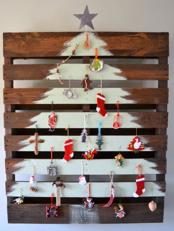 If you are fed up with real christmas trees, here is a nice DIY idea. The image is self-explanatory, but for those who needs help, here are the steps : find a pallet paint or stain the pallet. In this case, it's just stained so it keeps this wooden look but gives the pallet a make-up paint a tree on…