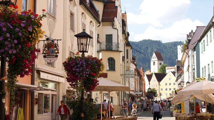 Die beliebte Urlaubsstadt #Füssen im #Allgäu, bekannt für zahlreiche Touristenattraktionen, kann auf eine etwa 700-jährige Stadtgeschichte zurückblicken. Die Ursprünge der Entstehung des Ortes reichen jedoch sogar bis in die #Römerzeit zurück.  http://www.hotel-fuessen.de/de/blog/die-geschichte-der-stadt-fuessen.html