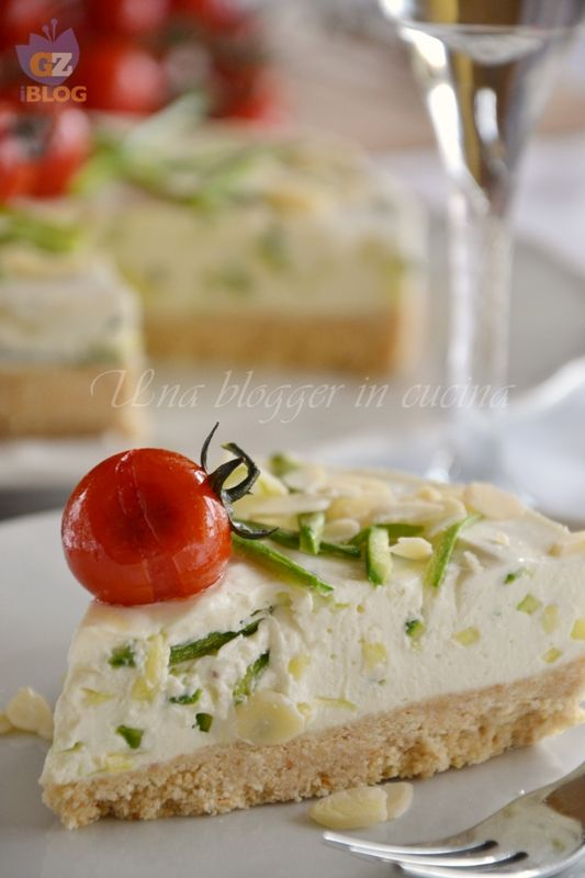 Cheesecake salata alle zucchine, ricetta senza cottura, con una base croccante di crackers e una cremosa crema al formaggio, zucchine e pomodorini.