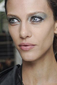 Si hay un cosmético que puede cambiar por completo nuestro look esa es la máscara de pestañas. Bien elegida y aplicada será capaz de transformar un sencillo maquillaje de ojos en el punto fuerte de tu look o abrir tu mirada dándole un toque extra de misterio, elegancia y feminidad.  #maquillaje #makeup #ojos #mascara #pestañas