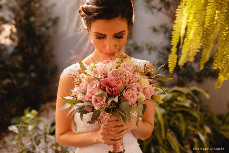 Buquê de noiva romântico com rosas, lisianthus e verdes em tons pastéis. Veja mais desse casamento, que foi um mini wedding super charmoso e intimista em uma casa de café: http://www.renatoganske.com.br/portfolio/mini-weddings/134590-amanda-alexandre-mini-wedding-jardim-amelie-casamento-intimista-jardim-amelie-fotografo-casamento-joinville-santa-catarina