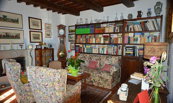 Si tratta di un elegante immobile in pietra di fine Ottocento, di circa 160 mq., costruito su due piani, accatastato con 8 vani e completamente ristrutturato.  È dotato di due bagni, tre camere da letto, un salotto/biblioteca, un living di circa 38 mq (cucina + sala pranzo + caminetto) e una cantina con soffitto a volta ricoperto con mezzanine antiche.