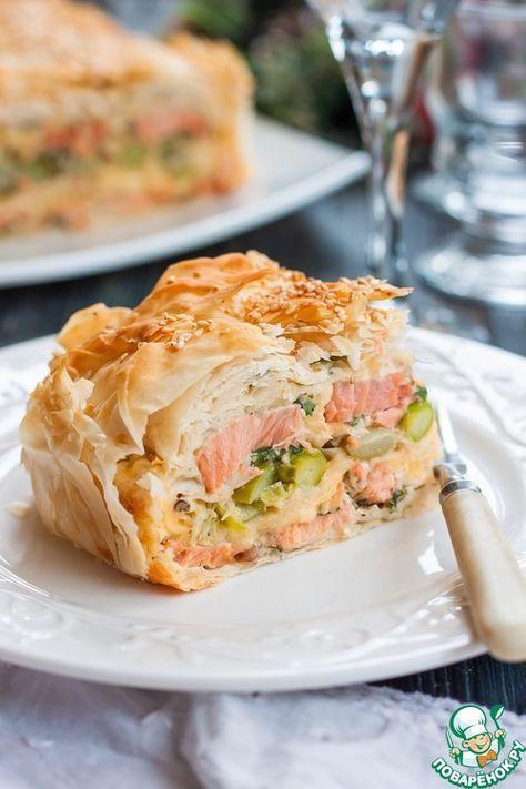 """Рыбный пирог с тестом фило - кулинарный рецепт Ингредиенты для """"Рыбный пирог с тестом фило"""": Тесто фило (упаковка) — 500 г Филе рыбное (Кижуч, нерка, горбуша, кета и т.д. Подойдет любая вкусная рыба) — 500 г Сыр твердый — 150 г Сливки (20% и выше) — 150 мл Спаржа — 100 г Зелень (петрушка+укроп) — 1/2 пуч. Специи (соль, ч.м.перец) — по вкусу Яйцо куриное — 2 шт Лимон — 1/2 шт Масло сливочное (растопленное) — 100 г Кунжут — 2 ст. л. Источник: http://www.povarenok.ru/recipes/show/136403/"""
