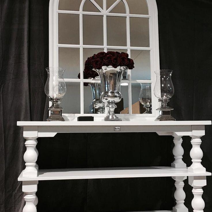 """Lekkert håndprodusert konsollbord. Dette bordet kan benyttes som konsollbord inntil vegg bak en sofa eller TV-bord og er like flott i gangen som i stuen. Mange har valgt og benytte dette som en nydelig kjøkkenøy.  Tidløst og klassisk konsollbord. Passer svært godt til salongbordet """"Dubai"""". Mål: Lengde: 145 cm Dybde: 55cm Høyde: 85 cm"""