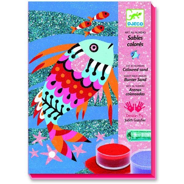 Coloured sands, glitter, sequins. Per chi ama colorare con le sabbie variopinte e adora i glitters, ecco un set gioco artistico creativo, firmato dall'illustratrice Judith Gueyfier e prodotto da Djeco, che unisce i due materiali e regala effetti cromatici luminosissimi. Il tutto ambientato nel mondo del mare. Adatto a bambine e bambini dai 6 agli 11 anni. Acquistabile su http://www.giochiecologici.it/p/886/arcobaleno-di-pesci