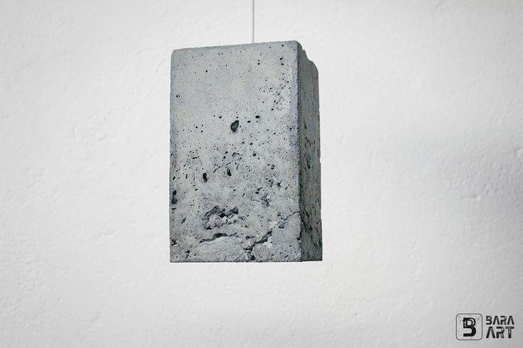 BLOQUE - betonové světlo Betonové stropní světlo tvaru kvádru, vhodné do všech typů interiérů. Beton je opatřen jednou vrstvou penetračního nátěru pro snížení sprašnosti povrchu. Objímka je klasická, široká (patice E27) Výroba světla je ručním litím do ručně vyrobených forem. Každý kus je originál. Rozměry (cca): délka strany: 12cm výška: 20,5cm délka ...