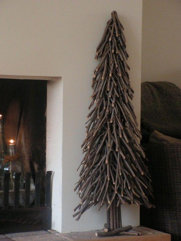 gave kerstboom om te maken takken zagen en om de paal vastbinden, van onderaf beginnen, je bent even bezig maar dan heb je ook wat.