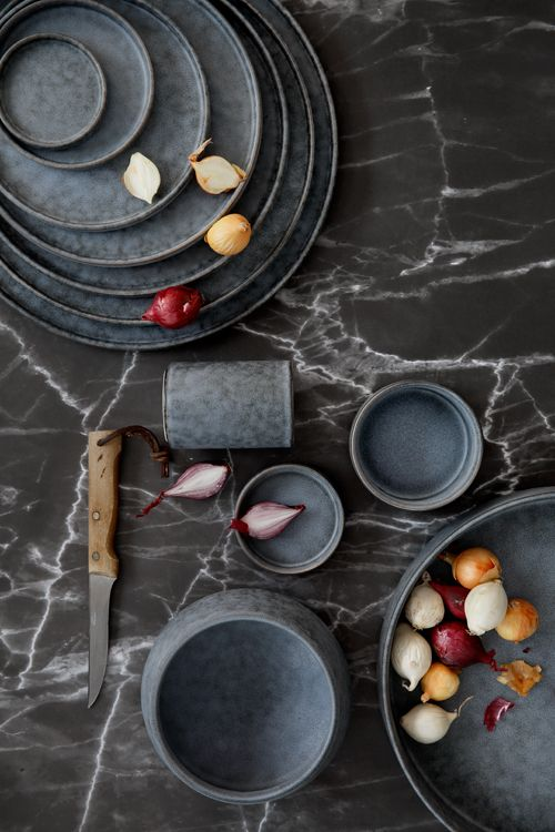 Opdrachtgever, Millermedia voor Tokyo Design Studio. Styling, Iris van der Meer. Fotografie, Peggy Janssen. Servies, tableware, ceramics, food, black, marble, wood, onions, still