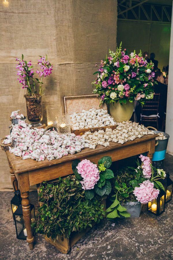 Mesa de bem casados estampados e lisos dispostos em maleta.Foto: Jeff e Gal