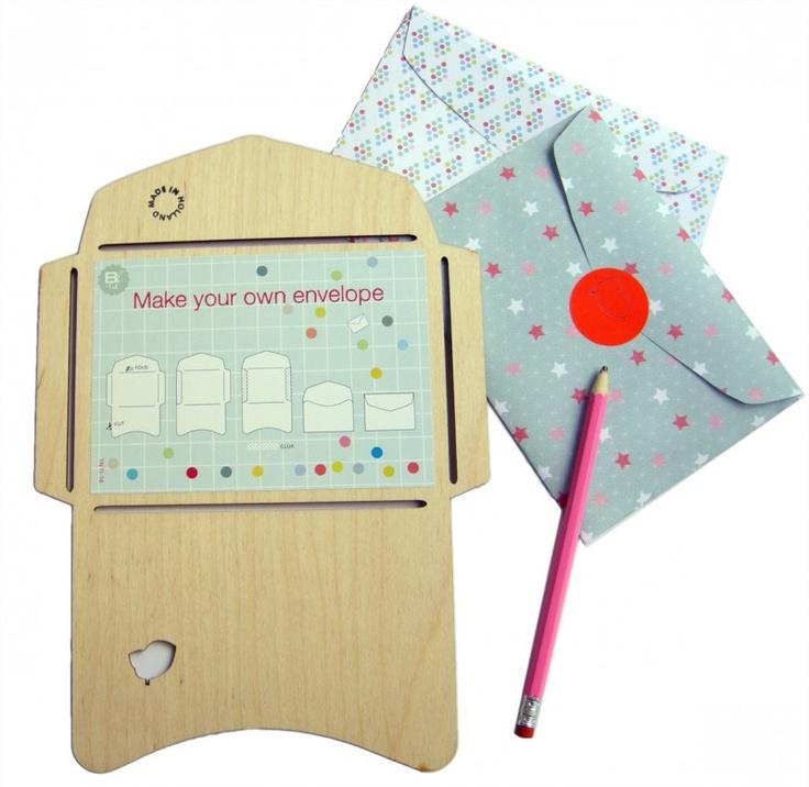 Met de `Made in Holland` mal kun je je eigen unieke enveloppen maken. Gebruik bijvoorbeeld pagina's uit een mooi tijdschrift, een stuk behang, krantenpapier of een landkaart. Overtrekken, knippen, vouwen en plakken... en versturen maar!