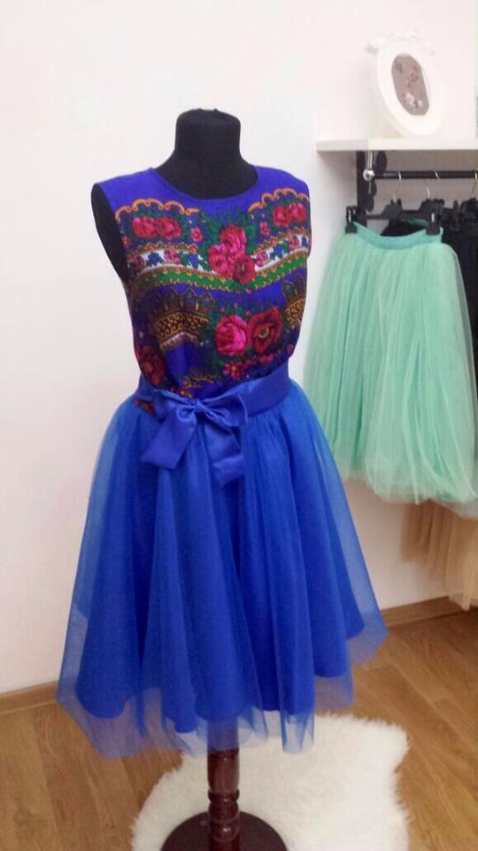 Rochie din material cu motiv etno si tulle. se poate realiza si pe alte culori.