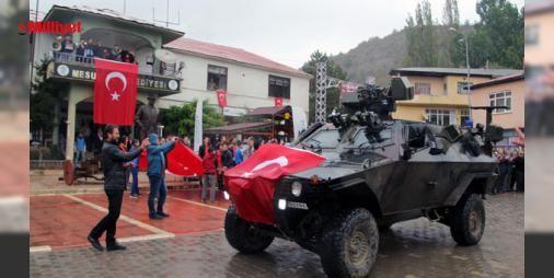 6 teröristi etkisiz hale getiren askerler konvoyla karşılandı : Ordunun Mesudiye ilçesi ile Sivas Koyulhisar sınır hattında arama-tarama faaliyeti yürütürken girdikleri çatışmada 6 PKKlı teröristi etkisiz hale getiren Gölköy Jandarma Komando Bölüğüne ait askerlerin ilçeye geri dönüşlerinde kurban kesilerek ve dualarla karşılandı.Gölköy Kaymakamı Mustafa Hamit...  http://ift.tt/2dpZb2f #Türkiye   #karşılandı #teröristi #Gölköy #getiren #etkisiz