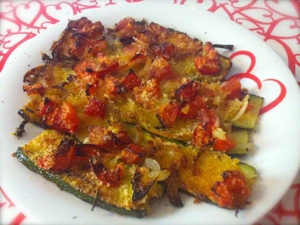 Le zucchine gratinate con cipolle e pomodori sono delle zucchine cotte al forno con cipolla e pomodoro a pezzetti con una deliziosa crosticina di formaggio