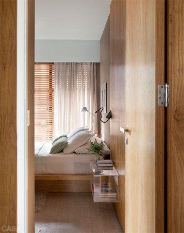 Baixa e com jeito de tatame, a cama traz um clima descontraído para a decoração. No lugar do criado-mudo, uma opção mais leve: um nicho de acrílico (Mundo do Acrílico), fixado no painel de freijó. Luminárias da Lumini.