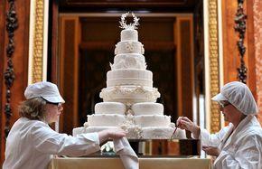 Doceiras dão o toque final no bolo de oito andares do casamento real, nesta sexta-feira (29), no Palácio de Buckingham. Criação de Fiona Cairns, ele foi feito com 17 bolos de frutas, 12 deles na base (Foto: Reuters)