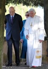El Papa y el presidente Napolitano en los jardines de las Villas pontificias en Castelgandolfo
