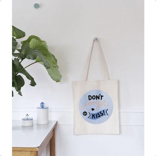 Husk de vigtige ting og sager med den her indkøbspose fra Michelle Carlslund.