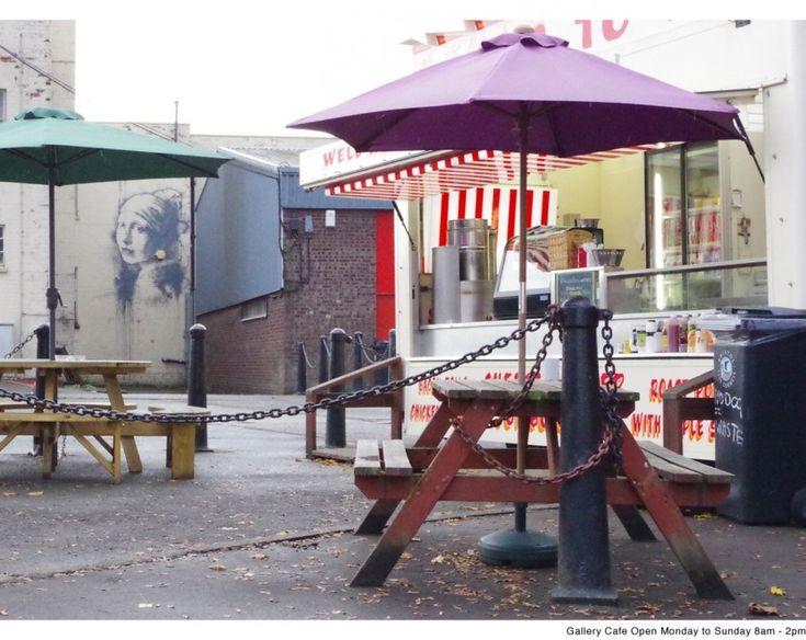 """Il famoso artista di strada Banksy si è rifatto vedere sulle mura della città di Bristol. Questa volta, con una parodia della """"Ragazza con l'orecchino di perla"""", dipinto di Vermeer. Al posto dell'orecchino c'è la centralina dell'allarme antifurto del palazzo su cui Banksy ha disegnato la sua """"Girl with a pierced eardrum"""" (la ragazza con un piercing nel timpano). E qualcuno ha già imbrattato il murale del writer inglese"""