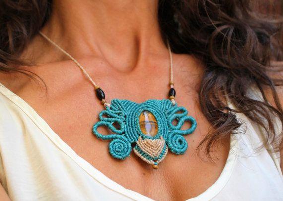 Mira este artículo en mi tienda de Etsy: https://www.etsy.com/es/listing/462157810/collar-macrame-piedra-ojo-de-tigre-azul