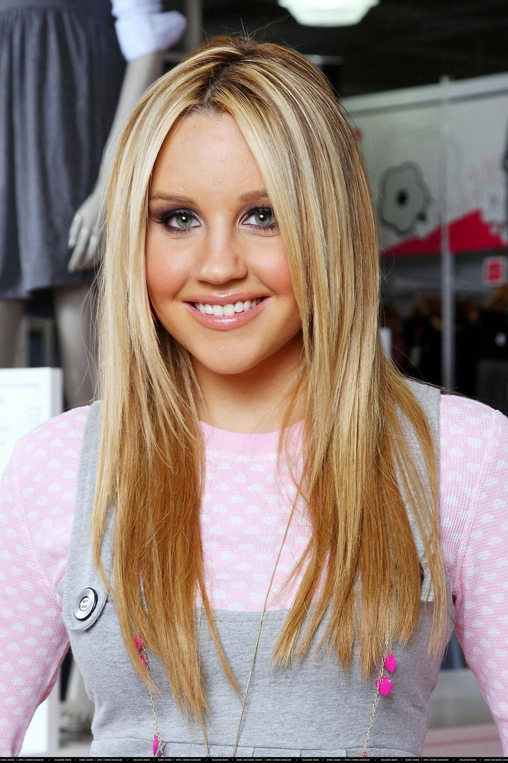 Amanda Bynes looks so cute here love her blonde hair too. She is in the Prequel and is part of the bling ring gang with Lindsay, David and Nicole xoxo