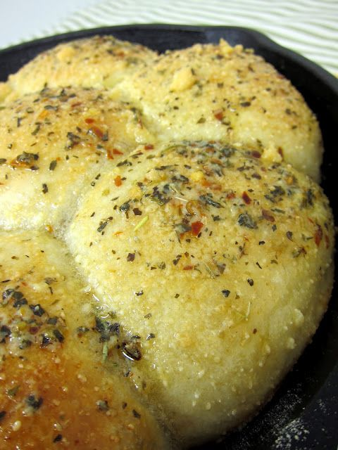 Italian Herb Pan BreadDinner Rolls, Breads Recipe, Pan Bread, Italian Herbs, Cast Iron Skillet, Skillets Breads, Garlic Bread, Herbs Skillets, Iron Skillets