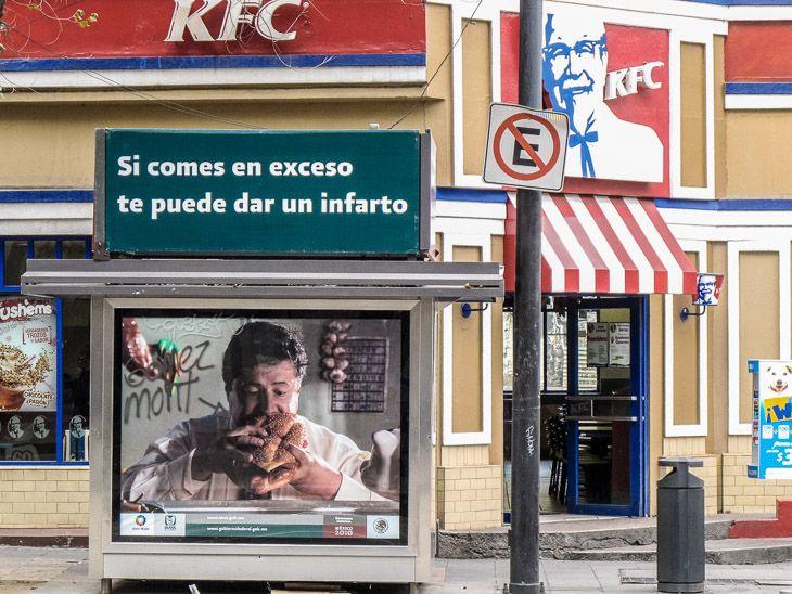 Le problème de l'obésité devient le plus gros problème de santé publique au Mexique. En effet, les Mexicains ont rattrapé et même dépassé leurs voisins américains en copiant en grande partie leurs habitudes alimentaires. Les conséquences sur la santé sont alarmantes et le gouvernement a décidé de réagir en proposant une loi pour taxer la malbouffe.