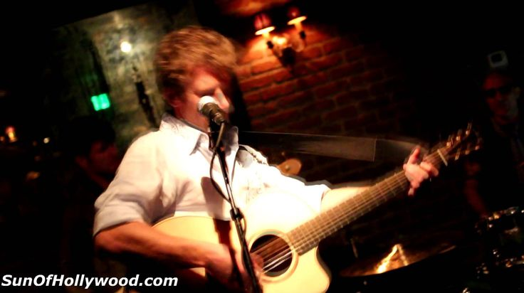 """Owen Campbell Performs """"Wrecking Ball"""" Live At The Piano Bar in Hollywood"""