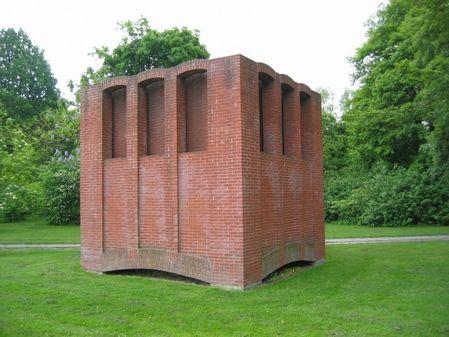 Monument for Niels Bohr opstillingsår 1988 Per Kirkeby (født 1938)  Mursten, Højde 4 m  Universitetsparken, København  Copyright: Per Kirkeby Foto: Paul Jacobsen, KØS - Museum for kunst i det offentlige rum