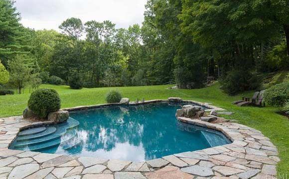 piscina com cen rio paisag stico enorme na parte de fora